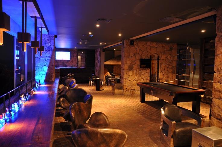 Moderno, entretenido y relajado. Bar Bucaneer de Radisson ConCon tiene una variada carta de tragos, cervezas y snack. En su interior, una mesa de pool se impone para invitarte a vivir entretenidos momentos. Los días sábado se puede disfrutar de música en vivo y la magia de un invitado muy especial.