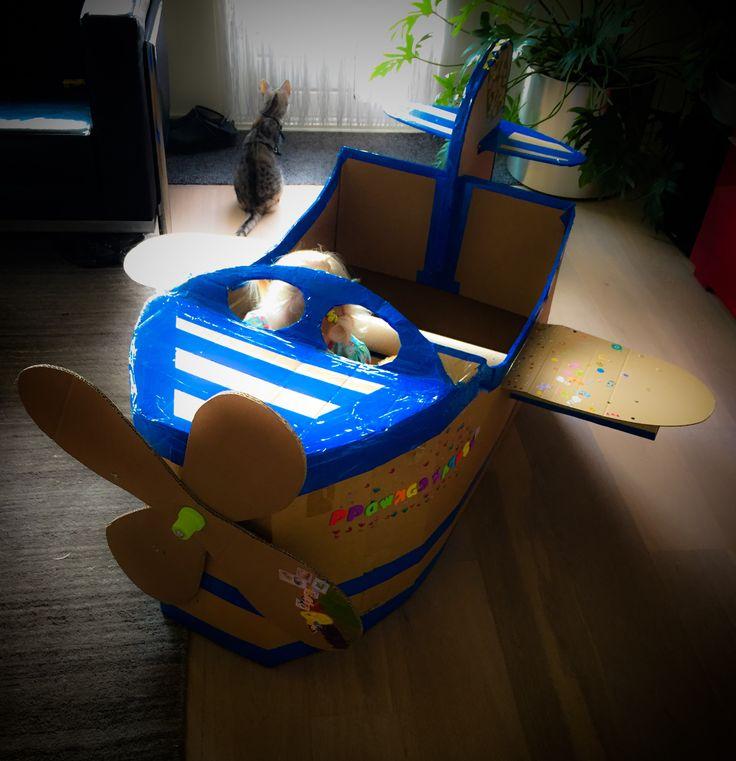 Vliegtuig gemaakt van een kartonnen doos. Super veel speelplezier!