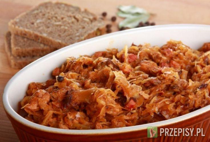 Mięso pokrój w kostkę. Kiszoną kapustę przepłucz zimną wodą, słodką kapustę poszatkuj. Wszystkie składniki układaj w dużym garnku, przesypując na przemian mięsem i kapustą. Całość gotuj około 5 godzin, na koniec dopraw Bulionem na wędzonym boczku Knorr. Rada: Bigos jest tym lepszy im dłużej go gotujemy i studzimy na przemian.