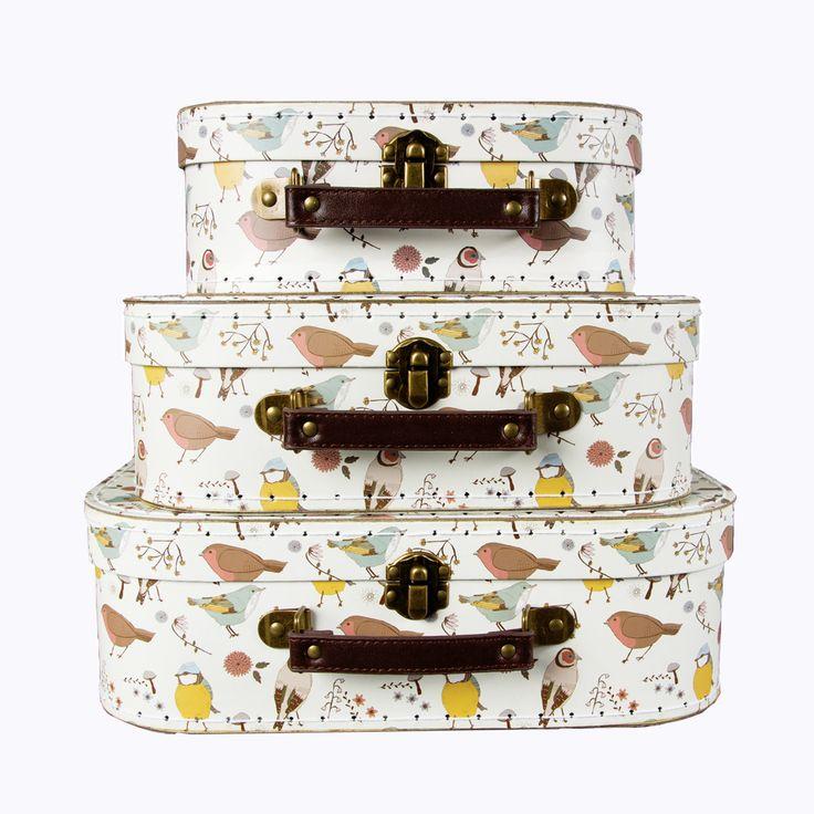 Urgulliga små resväskor med motiv av fåglar. Ett både fint och praktiskt inslag i barnrummet då de rymmer såväl färggladalegobitar, spännande Pixie-böcker somkritor och klossar. Dessutom en perfekt present då väskornagår att lägga i varandra. Väskorna är gjorda av hårt papper och har handtag i läder och detaljer i mässing. Även insidan är mönstrad med söta fåglar. Väskorna säljs i set om 3 stycken. Mått: Stor koffert: 20 x 29 x10 cm Mellan koffert: 17 x 23 x8 cm Liten koffert: 10 x 21 x 7