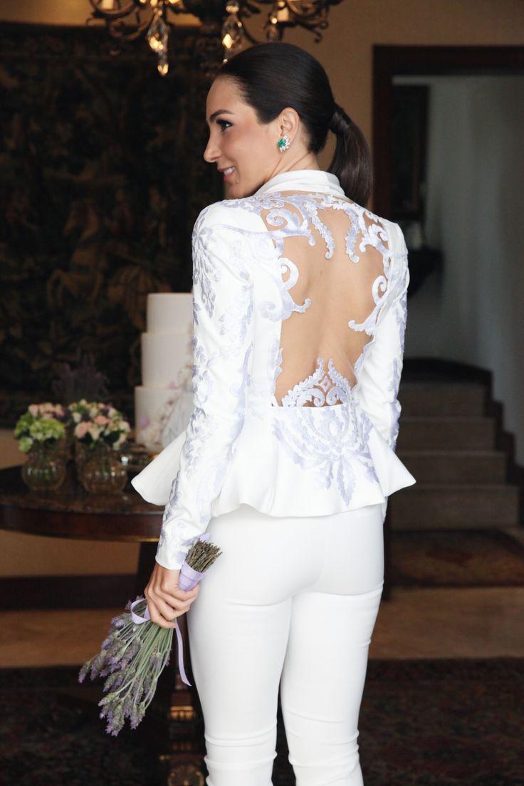 Look da Lalá Noleto em seu casamento civil: calça e blusa peplum brancas, com as costas todas em renda