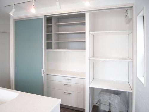 こんな風に据え付けも : 【IKEAカップボード】コレだけ知ってれば完璧。IKEA食器棚・キッチンボードはこう使え! - NAVER まとめ