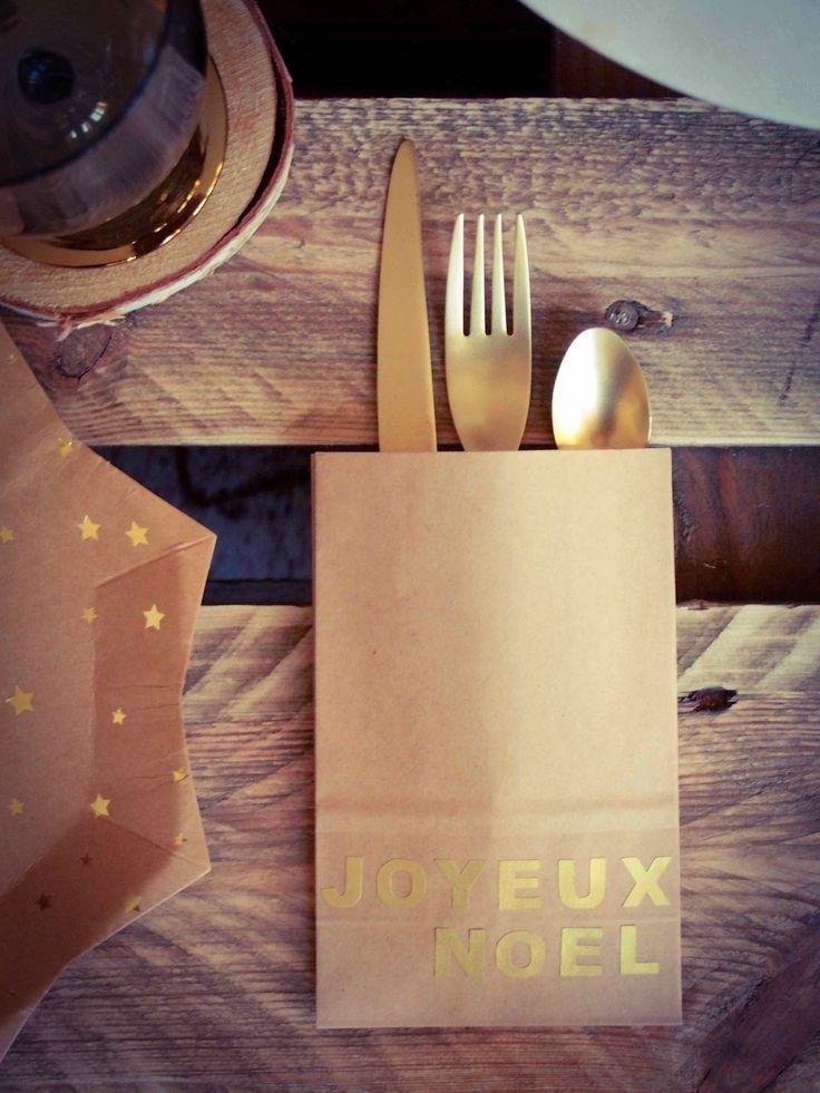 Couverts dorés dans pochette kraft pour table de noël rustique chic ! #deco #rustique #bois #palettewoody #palette #rustiquechic #noel #fetes #decoration #kraft #vaisselle #palettewoody www.rosecaramelle.fr