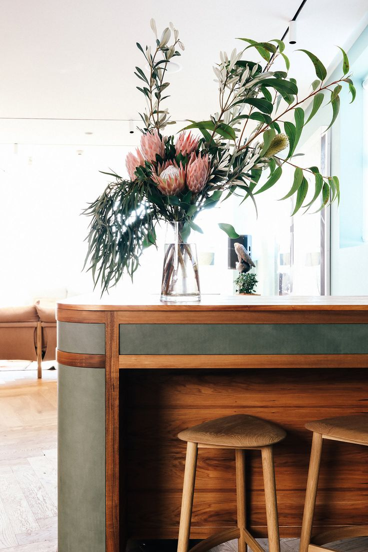 We arranged this vase for our favourite Sydney interiors store, Jardan. The pink King Proteas are the star of the show, and we've complimented them with beautiful Australian natives - eucalyptus and banksias. Sydney Florist | Event Flowers | Corporate Flowers | Australian Flowers | Native Flowers | Corporate Florist https://floreatfloral.com.au/