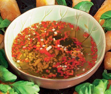 Nuoc Cham-sås till vietnamesiska vårrullar (rispapper, risnudlar, räkor, gurka, morot, koriander, böngroddar och sallad). Krossade jordnötter till.