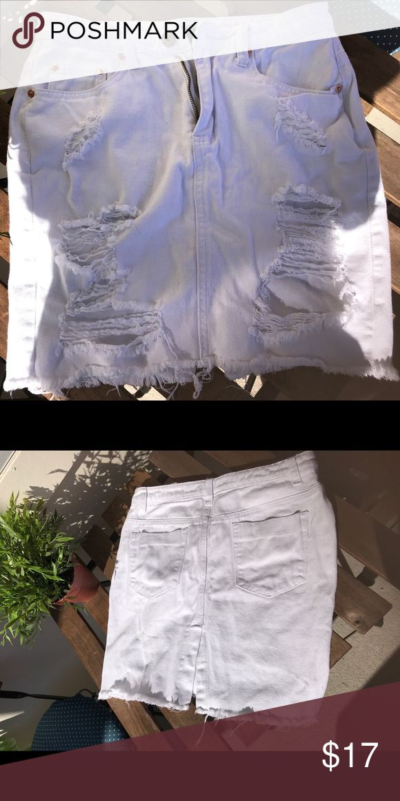 Forever 21 distressed white jean skirt! 🌸 Forever 21 white distressed jean skirt. Size small. I'm 5'4 and it reaches mid thigh. Has a cute little slit in the back. Perfect to dress up or down. True to size. Forever 21 Skirts Pencil