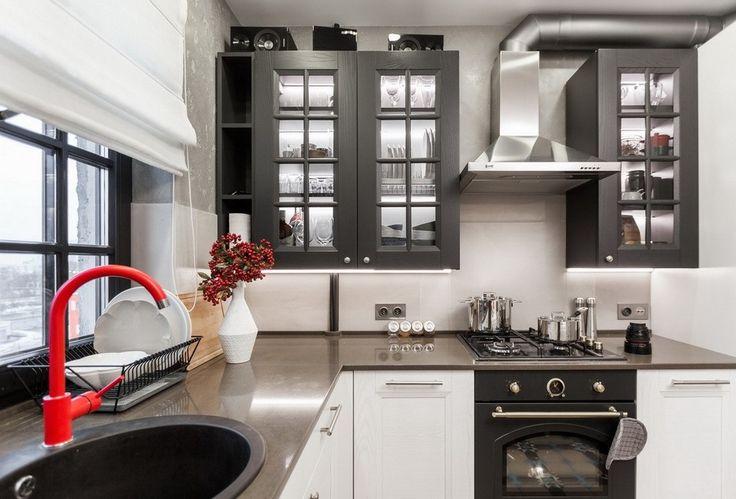 Grafitowe witrynki i białe szafki w kuchni