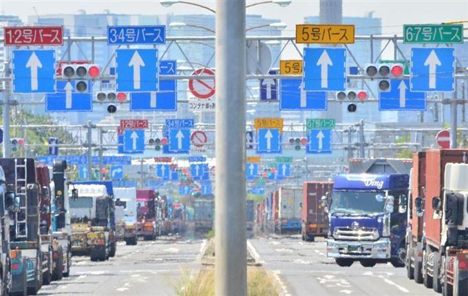 東京湾のバース(船舶の停泊所)へ続く、車線を示す矢印の標識 =東京都大田区(宮崎瑞穂撮影)