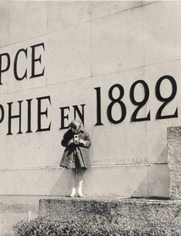 Albert Monier - Fillette au pied du monument de Nicéphore Niépce à Saint-Loup-de-Varennes -1950