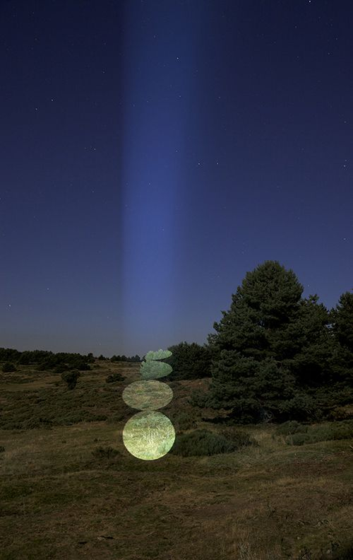 "Indirect licht: ""Spanish artist Javier Riera creates art by projecting light on the trees."""