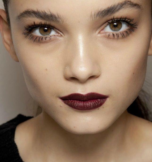 Trend 1: sötét ajkak: a sötét szín, pláne, ha matt, optikailag kicsinyíti a szádat,és egy picit szigorít is a vonásaidon.