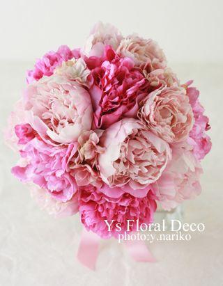 ピンク色の濃淡の芍薬を束ねたクラッチブーケ。目黒雅叙園さんで挙式ご披露宴の新婦さまのため、お作りさせていただきました。アーティフィシャルフラワーでのお作り...