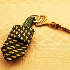 Portachiavi ricavato da cravatte vintage pezzo unico  di Artigianato Pazzerello