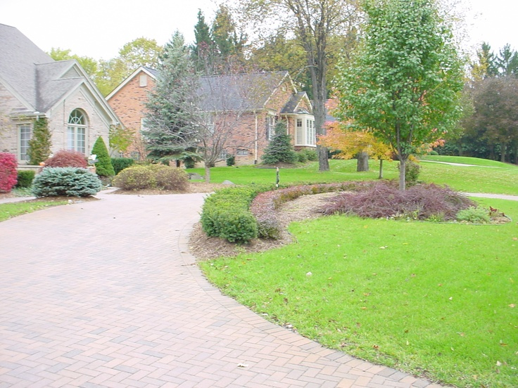 Brick paver circular driveway with landscaping brick for Circular driveway layout