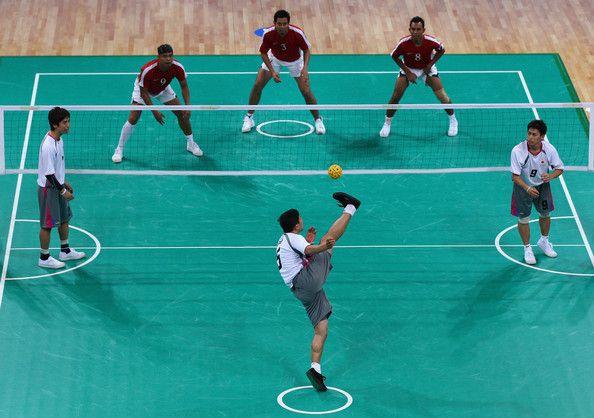 Cette discipline est un mixe du jeu d'équipe comme le volley-ball, de la dextérité que l'on a avec ses pieds en football et avec une bonne dose de souplesse que l'on retrouve dans l'acrobatie. #Sport #Insolite #SepakTakraw http://p-wearcompany.com/sport/actu/le-sepak-takraw/