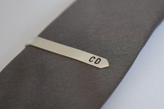 Handgemachte personalisierte silberne Krawattenklammer - Hand gestempelt Krawattenklammer Krawatte - Silberbarren - Krawattennadel für beste Mann Brautführer - UK  Perfekt als Geschenk für einen Bräutigam, Trauzeuge, Groomsman oder Vater der Braut.  Dieser einfache moderne Krawatte Pin ist aus einem einzigen Stück Sterling silber geformt worden, die natürliche Federung von der Silber hält die Krawatte im Ort perfekt es zwar glatt Satin finish gibt einen sehr anspruchsvollen klassischen Look…