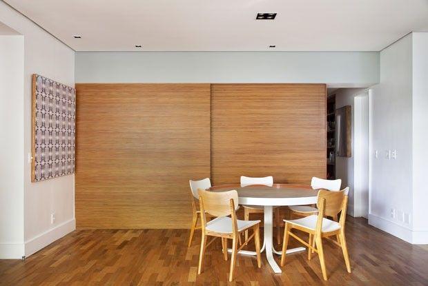 As portas da cozinha podem ser fechadas fazendo a ideia de uma área mais reservada.