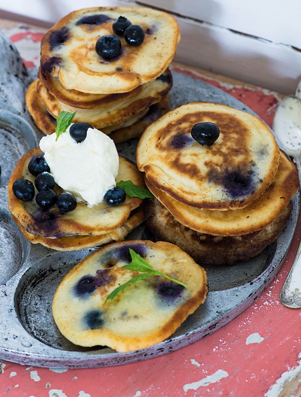 Tykke, luftige amerikanske pandekager med blåbær og masser af lemoncurd! Servér dem som en del af brunchbordet, eller nyd dem som et sødt punktum efter middagen.