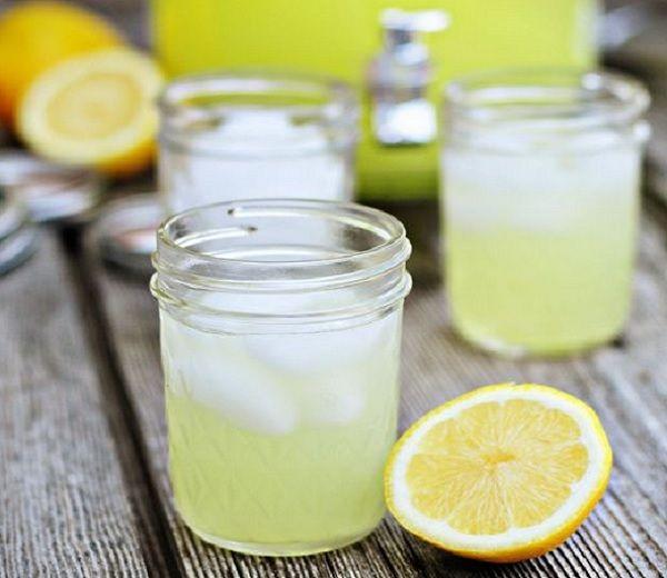 Gezonde limonade: 300 ml citroensap (= het sap van 6 à 8 citroenen); 250 g (riet)suiker. Doe het citroensap en de suiker in een steelpannetje en breng het mengsel aan de kook. Laat 15 à 20 minuten borrelen tot de vloeistof indikt. Giet de siroop in een gesteriliseerd glazen flesje en sluit onmiddellijk af, terwijl de siroop nog heet is. Voor een glas limonade meng je een bodempje siroop met koud (sprankelend) water. #zomer