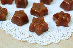 Le caramelle mou fatte in casa sono le classiche caramelle di origine inglese, oggi vediamo come prepararle le caramelle mou con zucchero e panna di soia