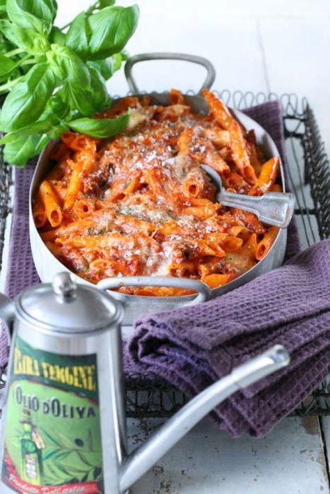 Att göra pasta i ugnen är gott och går att variera i all oändlighet. Här är en ugnsbakad pasta med tomat och mozzarella som kommer bli hela familjens favorit!