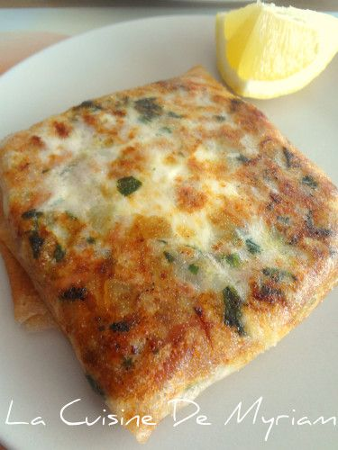 Un grand classique de la cuisine tunisienne, un régal avec une petite salade pour un repas de midi sain et express ! Ingrédients : 200 gr de thon à l'huile, égoutté 2 gors oignons 3 à 4 càs de persil plat ciselé 4 oeufs 4 feuilles de bricks citron coupé...