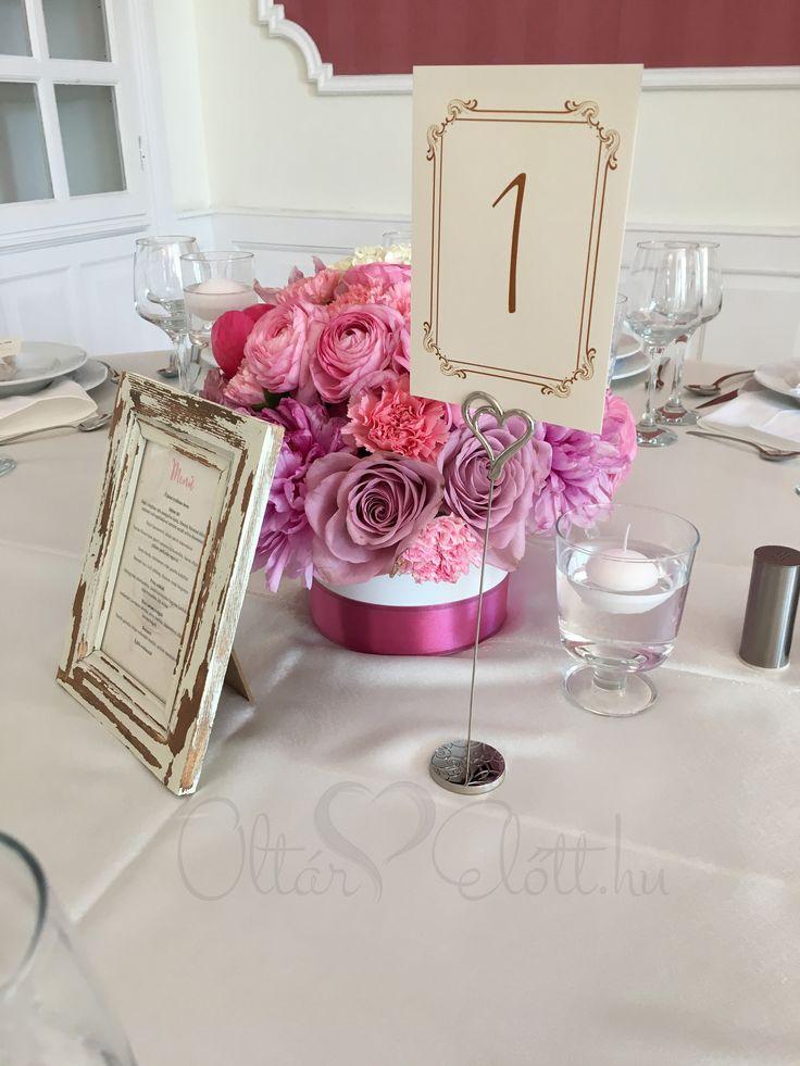 Talpas asztalszám és bazsarózsás asztaldísz kerek virágtartó doboz