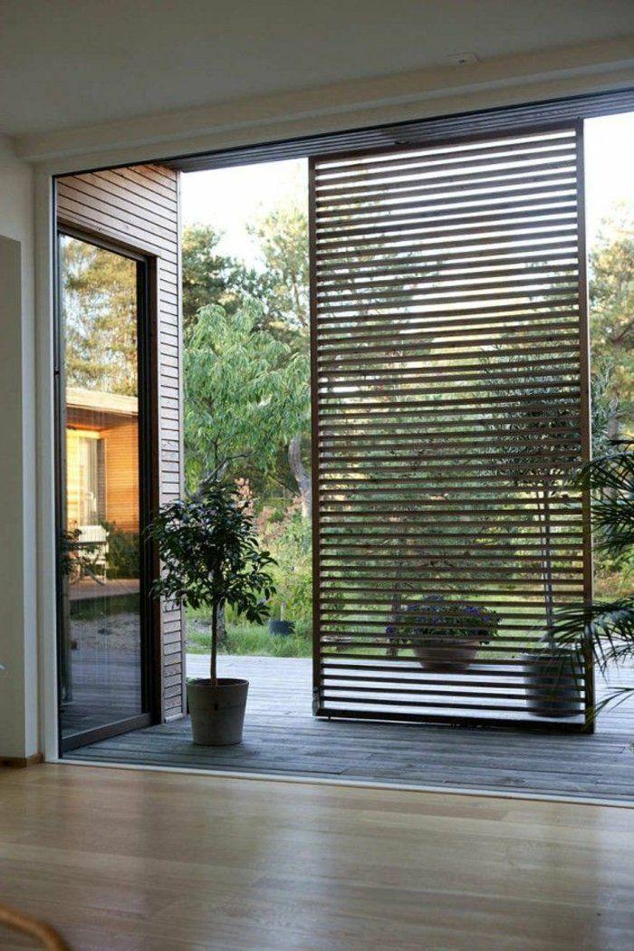 cloisons amovibles pour moduler la chambre de sejour, parquette clair, plante verte d'intérieur