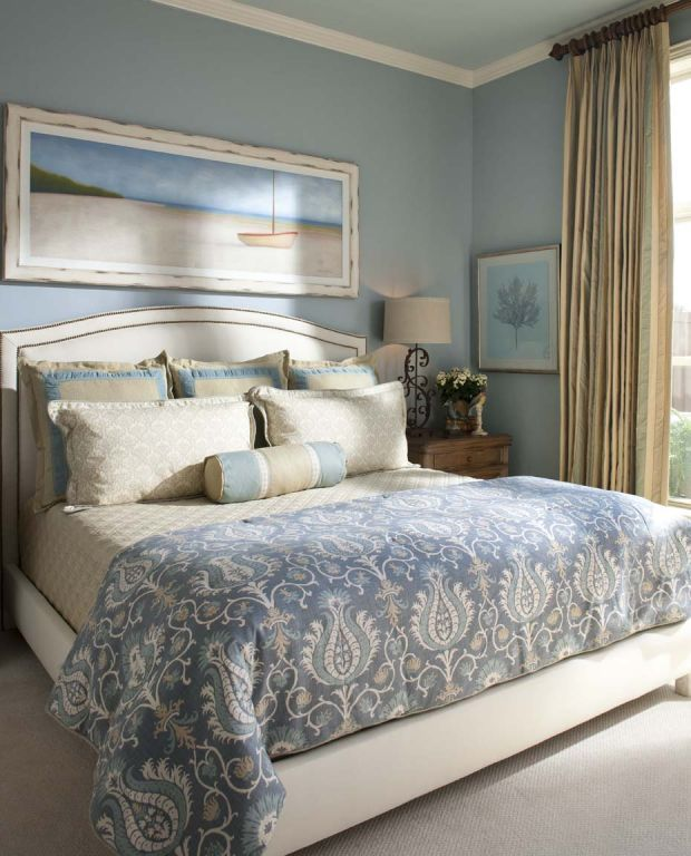 Pillow arrangement three tall square pillows across the for Coastal bedroom design
