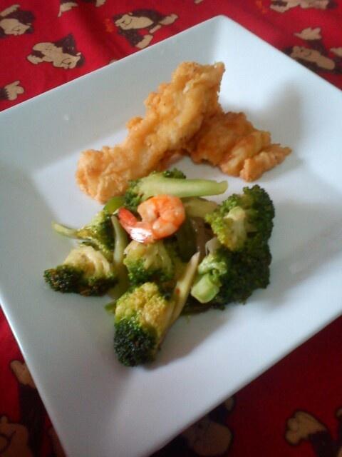 Broccoli, shrimps, and cream dory