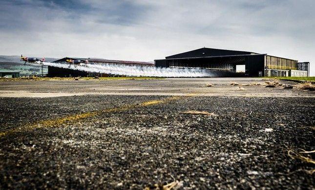 Paul Bonhomme e Steve Jones voaram por dentro de um hangar nos Estados Unidos