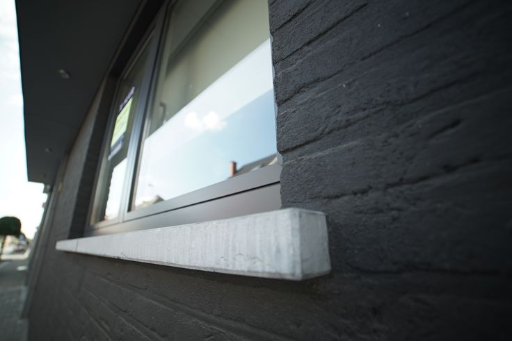 Modern sleutel-op-de-deur nieuwbouw appartement met drie verdiepingen. De zwarte steen en voorgevel van de bovenverdiepingen geven het gebouw een extra modern karakter. Fotografie: www.kingsberry.be