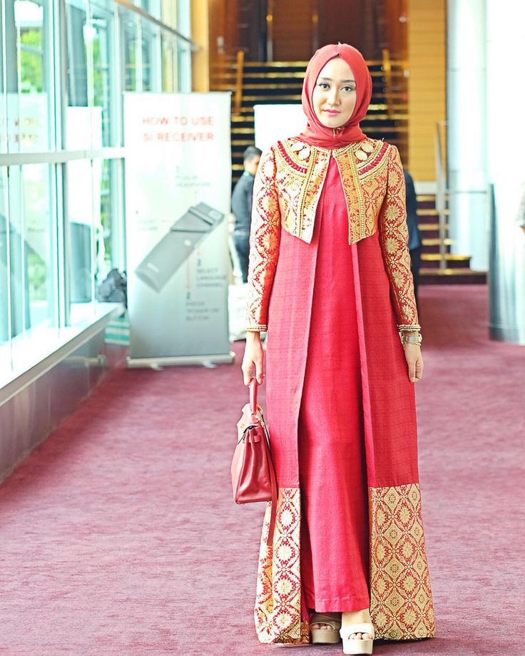 Yesterday red songket Palembang for my session in #WorldIslamicEconomyForum2015  How we dress is also influenced by the culture in our own country. Indonesian culture is so regal and multi-colored gold is also @dianpelangicom signature color from many years ago so here I represent my country and my label  fully dressed in @dianpelangicom thaisilk scarf from @hijabellove  by dianpelangi