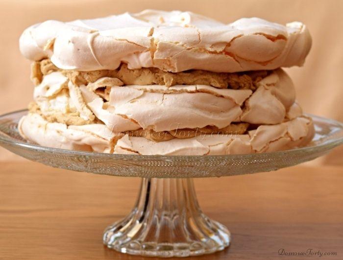 Tort bezowo-kawowy, to trzy pyszne blaty z chrupkiej na zewnątrz, a miękkiej i ciągnącej w środku bezy, przełożone delikatnym kremem kawowym (na bazie śmietany kremówki i serka mascarpone)! Pychota! Poniżej znajdziecie przepis sporządzony w formie krok po kroku + zdjęcia, aby jak najbardziej ułatwić Wam zrobienie takiej pychotki w Waszej własnej kuchni. Bezowo-kawowy tort nie …