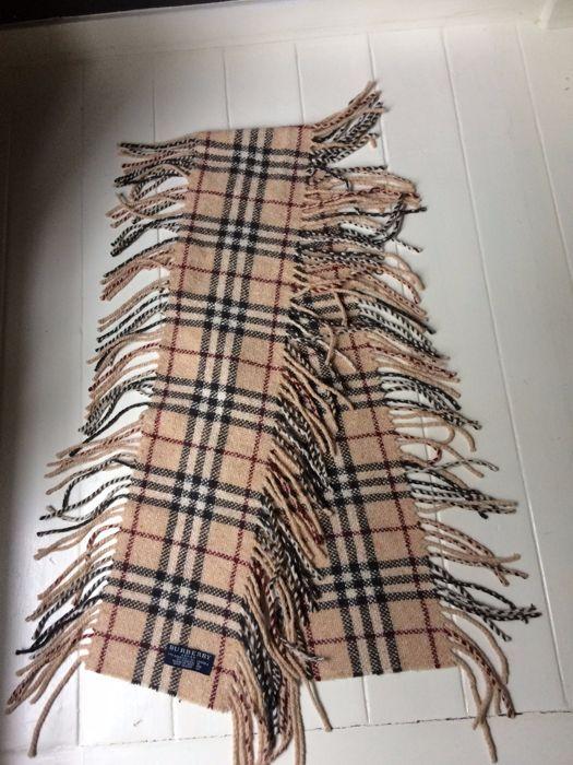 Burberry sjaal met franje -nova check- camel  Prachtige warme sjaal. In een zeer goede staat Sjaal is slecht twee maal gedragen. Zacht soepel en schoon.Heerlijk voor de herfst over een jasje of gewoon op je blouse of truitjeWordt verzekerd verzondenImpressie zie de foto's  EUR 28.00  Meer informatie