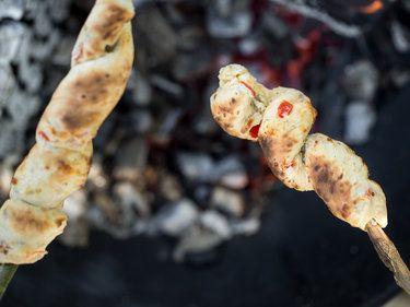 Knüppelpizza: Würziges Stockbrot all'italiana am Lagerfeuer