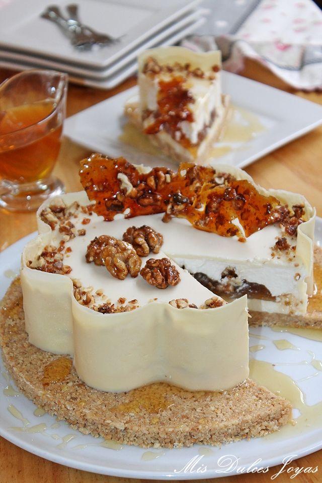 Tarta mousse de yogur griego, interior de miel, glaseado de chocolate blanco y nueces caramelizadas.