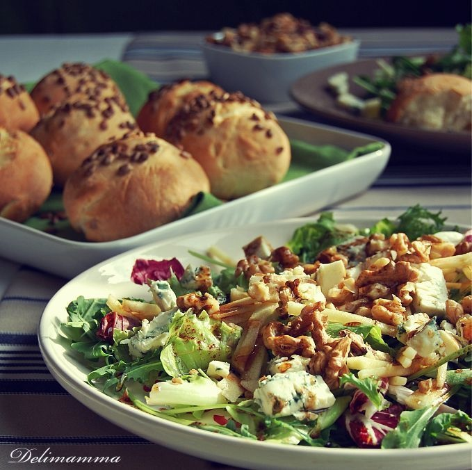 Sałatka z orzechami i serem pleśniowym