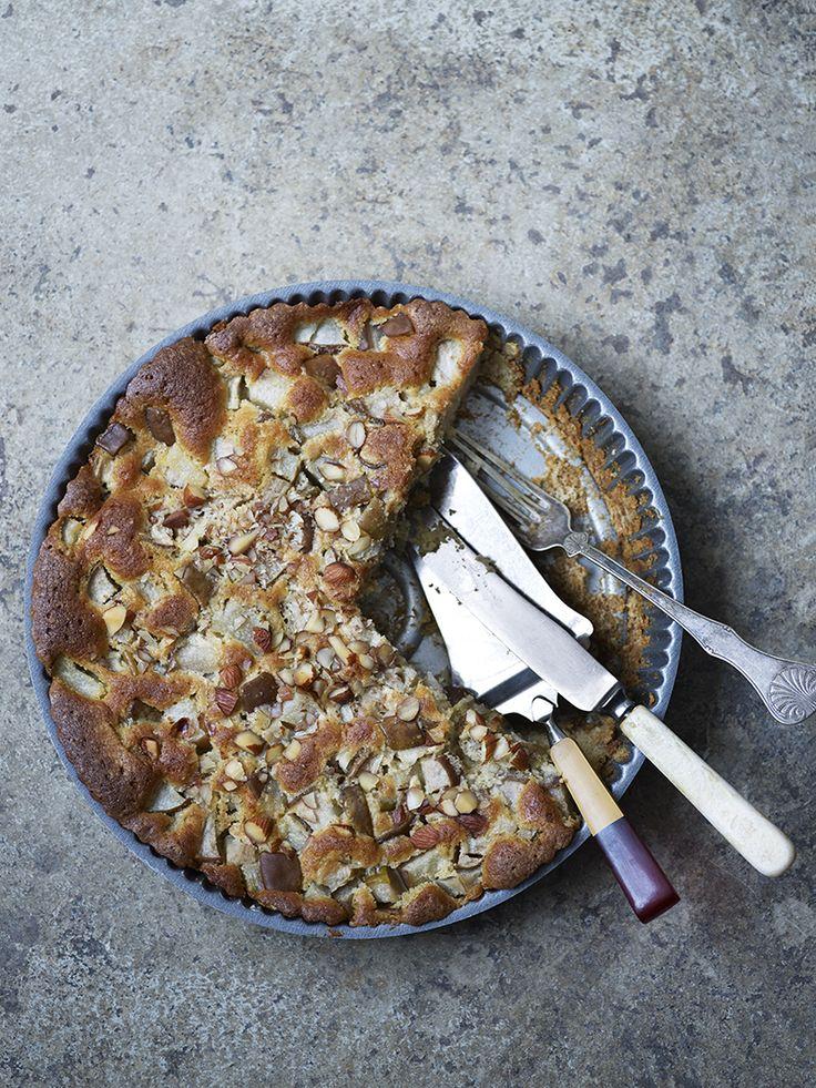 Bilde av og oppskrift på pærekake med marsipan. Food styling.