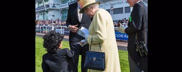Niño saluda a la reina de Inglaterra. Foto: Facebook del príncipe heredero Fazza
