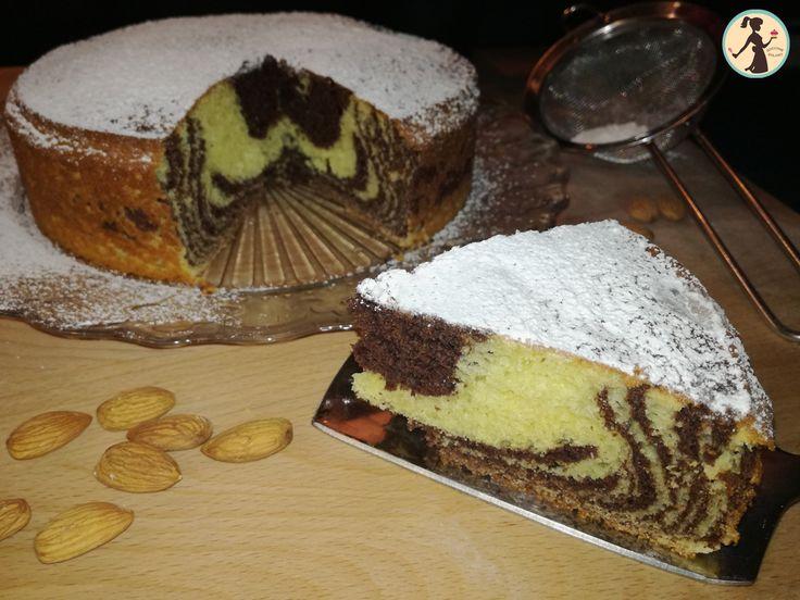 La torta variegata senza burro e senza olio è una torta facile e veloce da fare che si mangia senza sensi di colpa ed è anche molto bella da vedere.