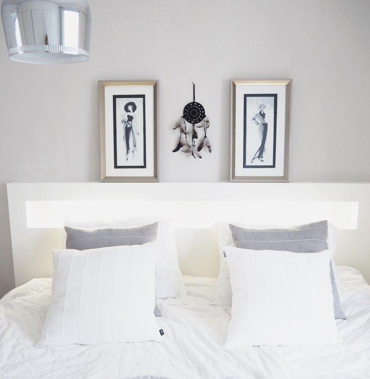 Taulut ja koriste-esineet sängyn takana viimeistelevät makuuhuoneen sisustuksen sekä tuovat tilaan persoonallista ilmettä.