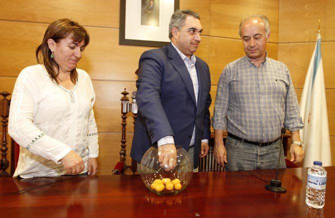 Los alcaldes de Meaño, Cambados y Vilanova fueron los encargados de realizar el sorteo de los grupos