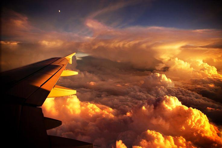 Amanece sobre el ala de este avión.