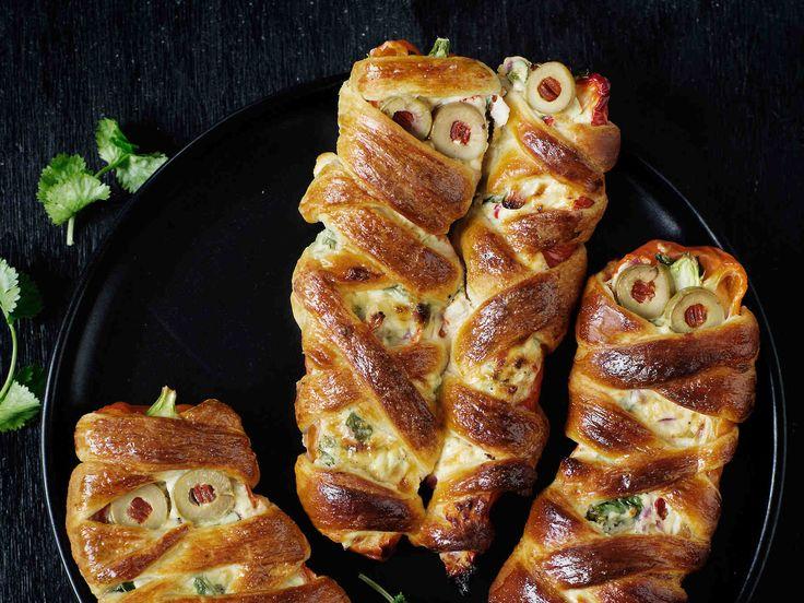 Täytä suippopaprikat juustolla ja taikinoi muumioiksi. Oliivisilmäiset ujot muumiot sopivat halloweenin juhlapöytään.