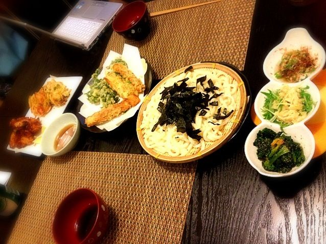 かしわ天ぷら: 下味 塩麹 だし醤油 マヨネーズ ハチミツ - 1件のもぐもぐ - かしわ天 春菊 玉ねぎ魚肉ソーセージ枝豆 ちくわ の天ぷら うどん ほうれん草胡麻和え 水菜の煮浸し 梅オクラ by ochiheko