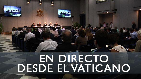 A las 13:00, el portavoz del Vaticano, Federico Lombardi, explica a la prensa la cuarta sesión del Sínodo, junto a varios participantes en la asamblea.