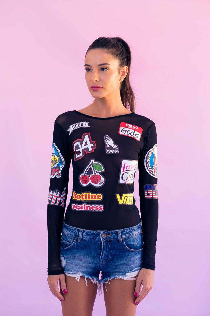 Bodysuit-ul de dama Mineli Mesh Label este realizat din plasă imprimată cu etichete cool, ideal pentru completarea ținutelor originale de vară.