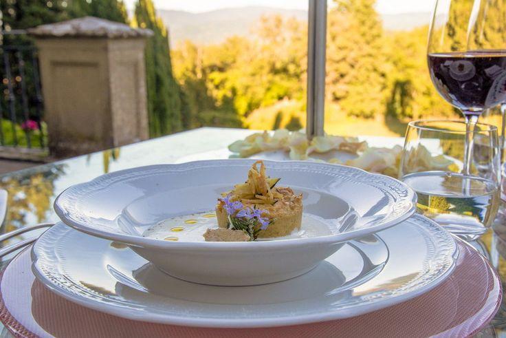 Toscana: Una dintre cele mai frumoase regiuni din Italia, Toscana, se mândrește și cu o bucătărie tradițională de excepție din care nu lipsesc pastele și fripturile suculente, toate stropite cu vin din belșug. În Florența poți lua masa la restaurante luxoase, unde o masă este o adevărată experiență de viață.