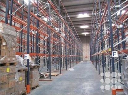 Ref. P1119 : Nave logística ubicada en El Prat de Llobregat, a día de hoy quedan disponibles 5.200 m².    El módulo disponible cuenta con 8 muelles de carga y una amplia zona de maniobras apta para tráileres.    Oficinas equipadas en planta altillo y vestuarios y aseos acondicionados.